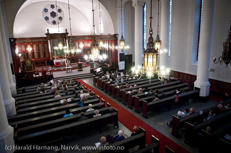 Høsttakkefest Narvik kirke 2. oktober 2011. Narvik Barnekantori synger og flere foreldere er tilstede. Tre barndåper. Dir/organist Ingjerd Grøm. Trond Laksaa prest. Regn og gråvær ute. Interessen for kirkelig aktivitet er synlig i de tomme benkeradene.