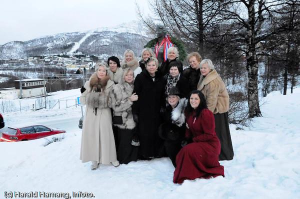 Svarta Bjørn-staben som har vært med i 10 år. Bekransning av Svarta Bjørn-statue. I rødt nederst til høyre, SB2008, Maria Adolfsen.