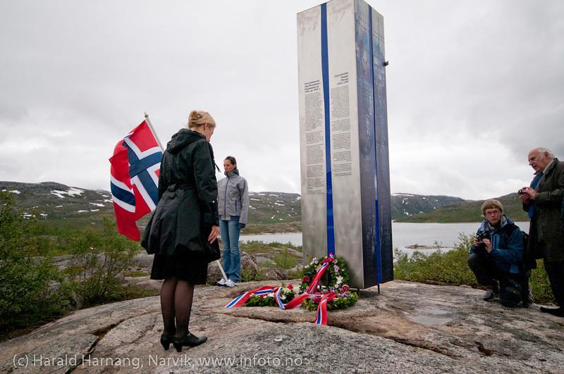 22. juni 2011: Avduking av minnestatue over jugoslaviske krigsfanger som døde i tysk fangeskap ved Øvre Jernvann, Narvik kommune, Nordland, under andre verdenskrig. Elma Kovabev fra den bosnisk-hercegovinske ambassade ved kransnedleggelse.