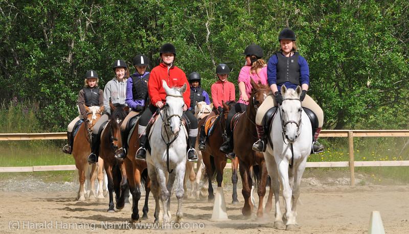 Kvadrilje. Avslutningsoppvisning for foreldre. Rideleir Skjomdalen 22.-27. juli 2012.