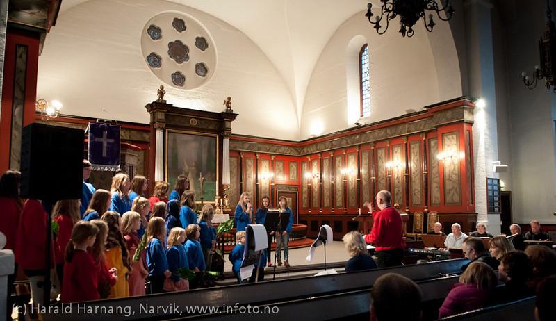 Narvik barne- og ungdomskantori, forestilling Narvik kirke, 14.4.2011: Hosianna. Påskefortelling.  Korsang med komp og bilder.