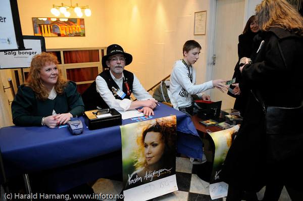Frivillig VU-dugnad. Salg av bonger og CD-plater. Konsert Folkets Hus m Kristin Asbjørnsen  og band, VU 2009.