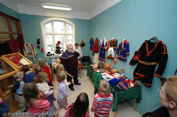 Utstilling av samisk husflid. Ofoten Museum, foto fra utstillinger under Vinterfestuka 2006. Barnehage på besøk.