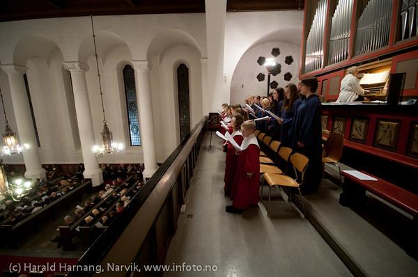 Julekonsert i Narvik kirke 24. desember 2010. Narvik barne- og ungdomskantori synger. Ved orgelet kantor Ingjerd Grøm.