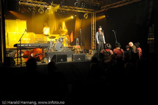 Lokstall 1, konsert med Jive Aces, swing-band. VU-sjef Steingrim Sneve ønsker velkommen. VU09.