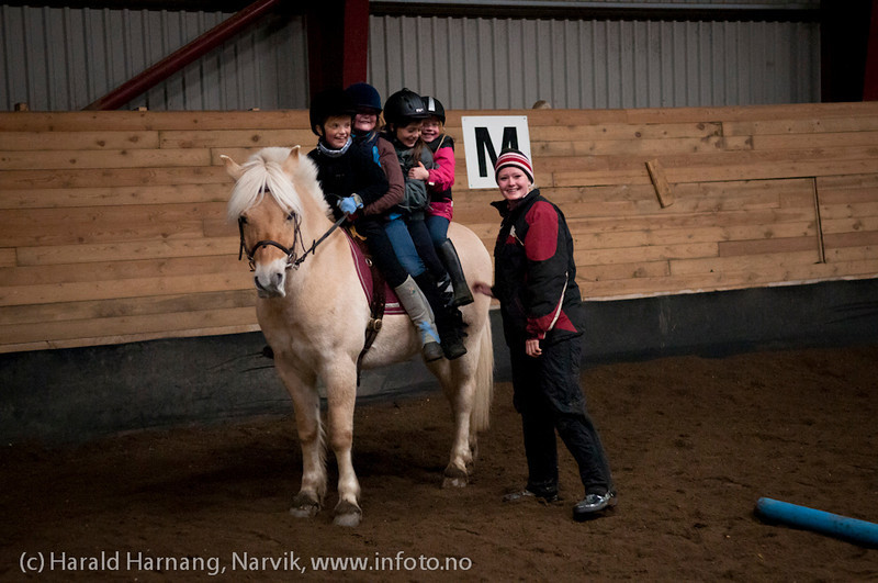 Ridekurs Skjomen Ridesenter, oktober 2011. Flink ridelærer som også lager morsomme aktiviteter for ungene,