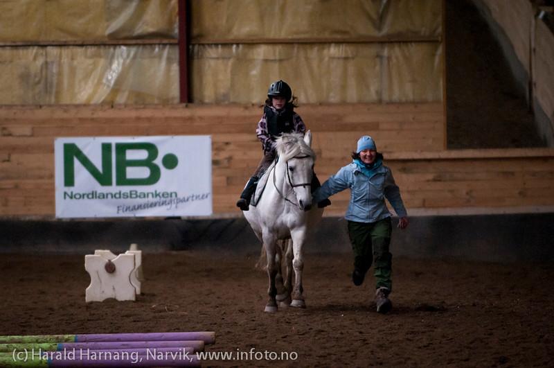 Ridekurs Skjomen Ridesenter, oktober 2011. Av og til må mammer trå til for å holde kontroll med hestene.
