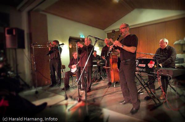 """Lanseringskonsert for Narvik Traditional Jazz Band, også kalt Narvik tradband, ved deres første CD """"Timeless"""", 8.12.2007 på Sjømannskirka. Magne Schille (klarinett),  Jan Viggo Fredheim (trompet), Bjørn Bostad (trombone), Bjarne Normann (piano/vokal), Reidar Rognmo (banjo),  Kjell Andreassen (bass) og Roy Hansen (trommer)."""