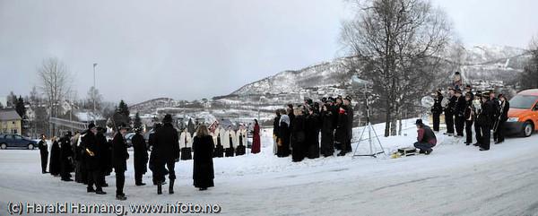 Bekransning av Svarta Bjørn-statue. Tilstede Sb2008 og kandidatene for 2009. Rombaksmusikiken spilte, Sangvirkelaget sang.