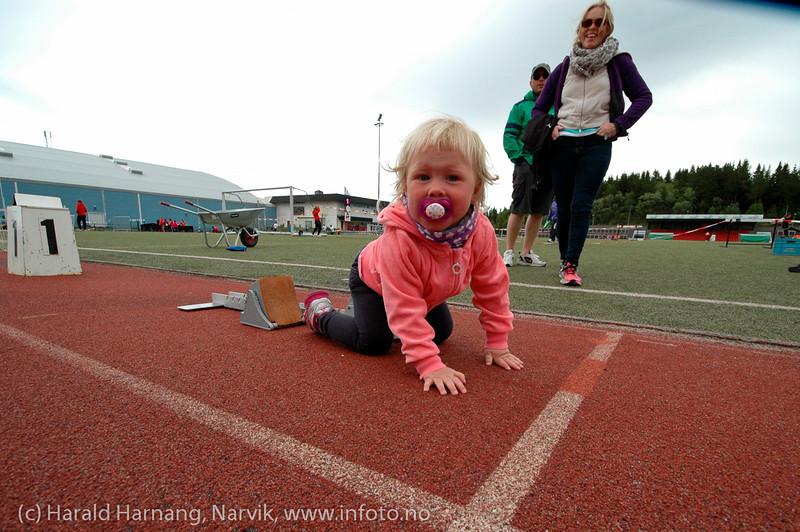 Tidlig krøkes... En/ei som måtte teste startblokkene. Narviklekene 2012. Narvik stadion. Foto: 17.-juni.