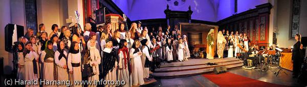 Narvik skolekor: Like til Betlehem. Konsert i  Narvik kirke 7. desember 2008. Dir: Marit Lamvik. Panoramabilde satt sammen av fem enkeltbilder.