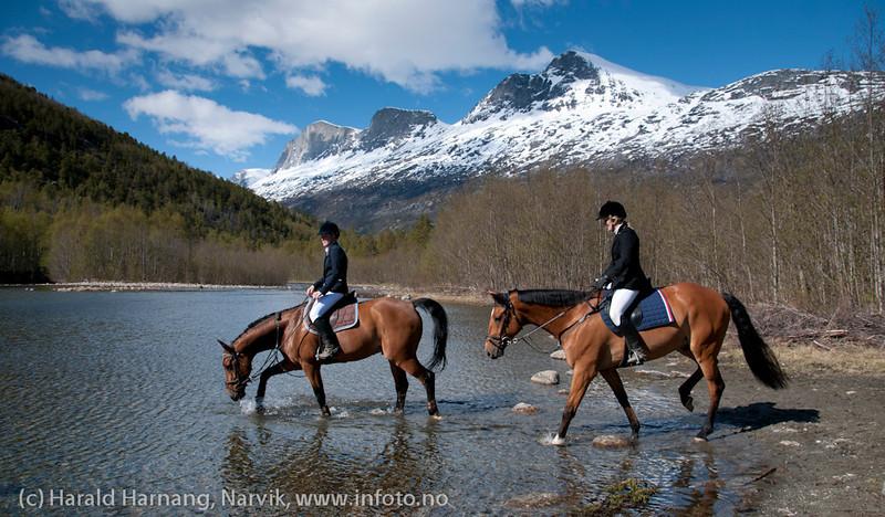 Konkurranse i sprangridning ved Narvik Rideskole i Skjomdalen, 2. juni 2012.  Fint med nedkjøling i en pause. Flotte omgivelser.