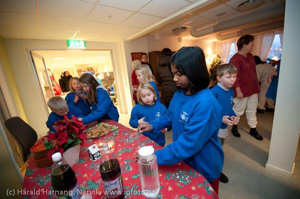 Etter konsert: Saft og pepperkaker. Narvik kirkes barne og ungdomskantori sang for beboere på Oscarsborg bo- og servicesenter 23.12.2010. Dette er en åreviss tradisjon. Etter konserten var det litt servering for sangerne og kaffe/kaker for beboerne. Akkompagnement ved kantor Ingjerd Grøm.