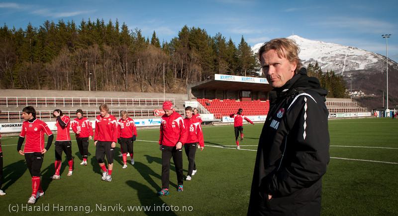 5.5.2011: Mjølner trener på Narvik Stadion. Trener Ivar Morten Normark.
