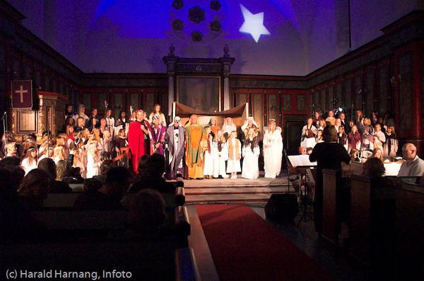 """Forestillingen """"Like til Betlehem"""", Narvik skolekor med forsterkning og band. Dirigent Marit Solli. Foto fra Narvik kirke 13. desember 2007."""
