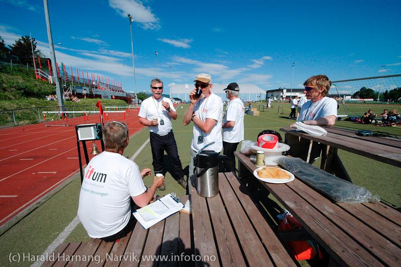 Narviklekene 2011 på Narvik Stadion 18. og 19. juni 2011. Trofaste friidrettsfolk av den litt mer modne typen er faste funksjonærer under stevner. Og det er behov for mange funksjonærer for å få et stevne avviklet presist.
