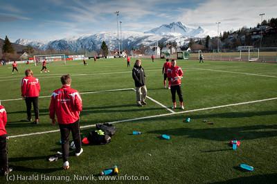 5.5.2011: Mjølner trener på Narvik Stadion. Trener Ivar Morten Normark i sort jakke midt på.