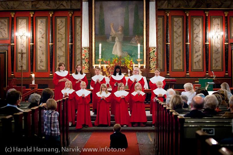 Høsttakkefest Narvik kirke 2- oktober 2011. Narvik Barnekantori synger, dir/organist Ingjerd Grøm. Trond Laksaa prest. Tre barndåper.