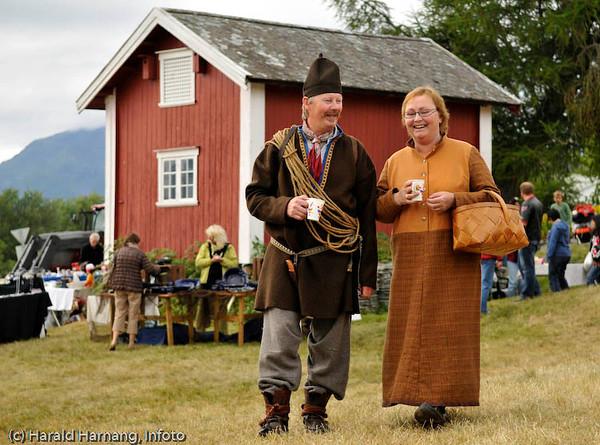 """Hamsundagene på Hamarøy 2008. Personene deltar i skuespillet basert på """"Markens grøde"""" av Knut Hamsun. De promoterer teaterforestillingen."""