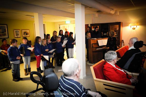 Narvik kirkes barne og ungdomskantori sang for beboere på Oscarsborg bo- og servicesenter 23.12.2010. Dette er en åreviss tradisjon.