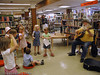 Narvik bibliotek. Jack Berntsen underholder barn.