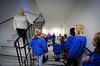 """Koret """"varmer opp"""" i trappa før konsert. Narvik kirkes barne og ungdomskantori sang for beboere på Oscarsborg bo- og servicesenter 23.12.2010. Dette er en åreviss tradisjon. Etter konserten var det litt servering for sangerne og kaffe/kaker for beboerne. Akkompagnement ved kantor Ingjerd Grøm."""