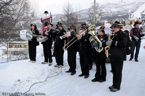 Rombaksmusikiken. Fra bekransning av Svarta Bjørn-statue. Tilstede SB2008 og kandidatene for 2009.