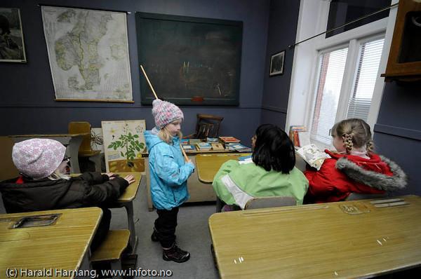 Ofoten Museum, VU09. I det gamle klasserommet lekte fire-fem unger streng skolemester og ulydige barn i timevis.