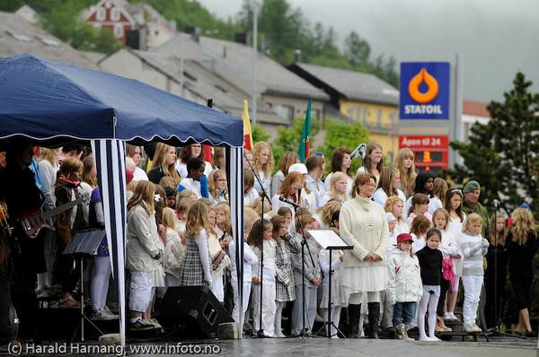 Narvik skolekor. Arrangement i forb m Kong Haralds kransnedleggelse på det nasjonale frihetsmonumentet i Narvik 15. juni 2009.