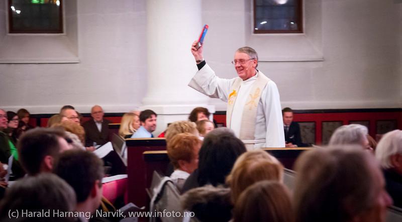Julegudstjeneste Narvik kirke 24. des 2011 kl 16-17. Prost Ingvar Hindenes. Kantor Ingjerd Grøm. Narvik barne- og ungdomkantori synger. Men også den nye bibeloversettelsen ble anbefalt.