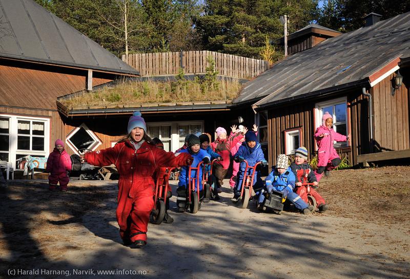 Unger i Rallaren barnehage. Bilder tatt i oppdrag for Narvik kommune til brosjyre, senere frigitt til infoto. Foto av personer og i barnehagen er godkjent.