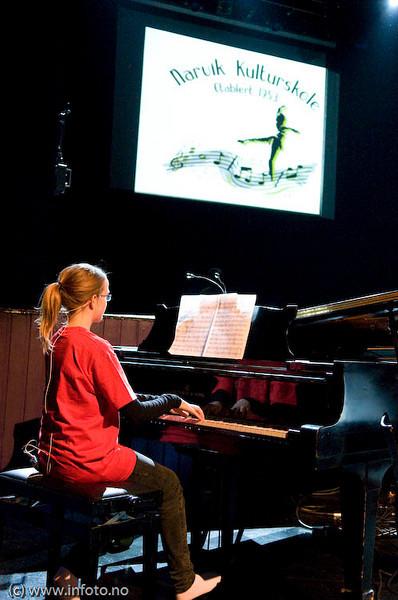 Thea Sæterdal, piano. Konsert Folkets Hus, Narvik, 17.1 2009. Mønstring av kulturlivet og kulturskolens viktighet i forb. m. forslag om å kutte stilinger og penger til kulturskolen.
