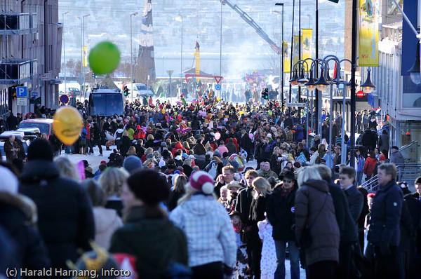 Vinterfestuka 2008, fra barnetoget første VU-dag. Foto ned mot sentrum og innkomst for toget. -9 grader, blå himmel, sol og usedvanlig mange mennesker i toget og som tilskuere.