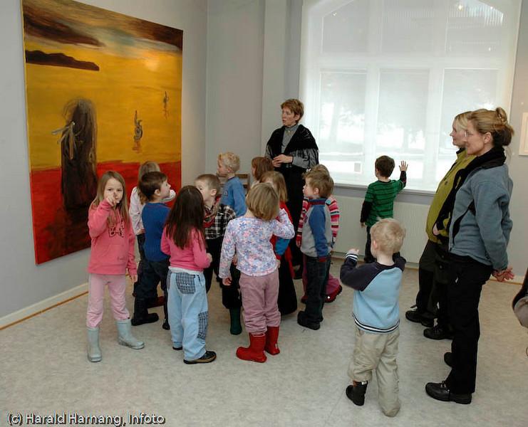 Ofoten Museum, foto fra utstillinger under Vinterfestuka 2006. Barnehage på besøk. Maleriutstilling.