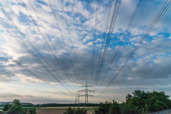 Hochspannungsmasten bei Weiterstadt von der A67 aus gesehen