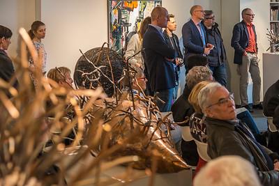 """Vernissage """"Angelika Summa - Kugel, Knäuel, Verdichtung (Eisen, Stahl und Draht) und Alfonso Mannella - Urbane Konstruktionen (Malerei, Farbradierung und Fotografik)"""", Galerie Netuschil Darmstadt, 24. März 2019 (Foto: Christoph Rau)"""