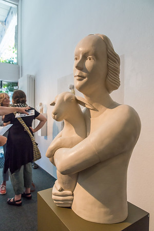 """Vernissage """"Figurbetont - Neun zeitgenössische Bildhauerinnen zeigen Tendenzen figurativer Skulptur - Bronze, Eisen, Holz, Polymer, Gips, Beton, PVC, Textil u.a."""", Galerie Netuschil Darmstadt, 2. Juni 2019 (Foto: Christoph Rau)"""