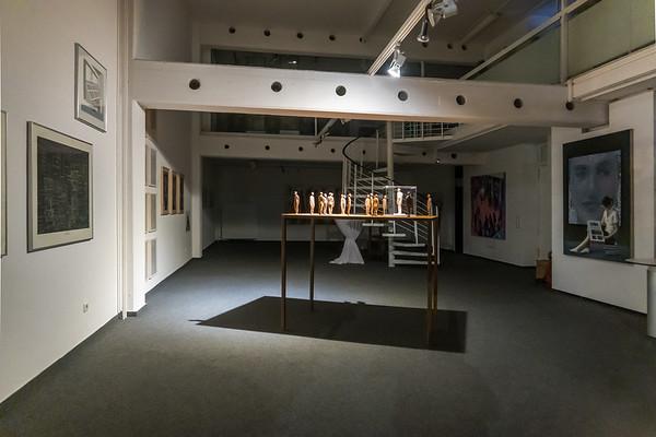 """Aufbau: """"Vor der Kunst - Bilder einer Ausstellung: Malerei, Zeichnung, Collage, Druckgrafik, Fotografie, Skulptur, Video"""", Galerie Netuschil Darmstadt, 24. Oktober 2019 (Foto: Christoph Rau)"""