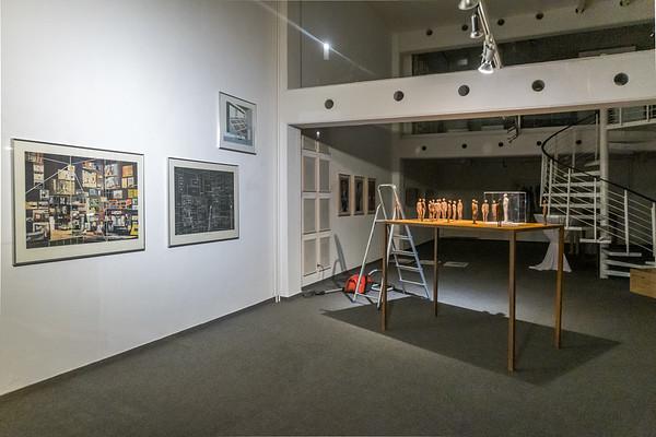 """Aufbau: """"Vor der Kunst - Bilder einer Ausstellung: Malerei, Zeichnung, Collage, Druckgrafik, Fotografie, Skulptur, Video"""", Galerie Netuschil Darmstadt, 22. Oktober 2019 (Foto: Christoph Rau)"""