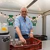 Impression vom Heinerfest-Sonntag, 1. Juli 2012, Karl-Heinz Salm beim Gläserspülen