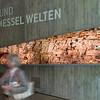 Grossfoto eines Ölschieferanschnitts: Christoph Rau, Darmstadt (Eröffnung des Besucher-Informationszentrums beim Weltnaturerbe Grube Messel am 26. August 2010)