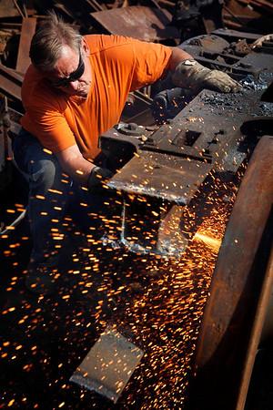 Jørgen henriksen i gang med at ophugge en gammel jernbanevogm<br /> Åthus<br /> © Foto: Jens Hasse/Chili<br /> Dato: <br /> Chili foto & arkiv