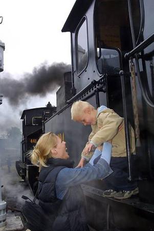 DSB museumstog holdt åbent hus i remisen i Randers, hvor der var rig lejlighed for store og små til at kigge på gamle lokomotiver, og andre jernbane effekter. <br /> <br /> © Foto: Jens Hasse/Chili<br /> Dato: 12.05.02<br /> Chili foto & arkiv