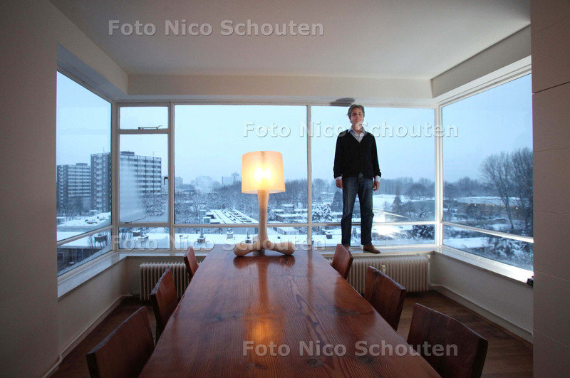 Wonen - Huis van Menno Derk Doornbos vol kunst - Tafel en lamp van Joep van Lieshout atelier - DEN HAAG 21 DECEMBER 2010 - FOTO NICO SCHOUTEN