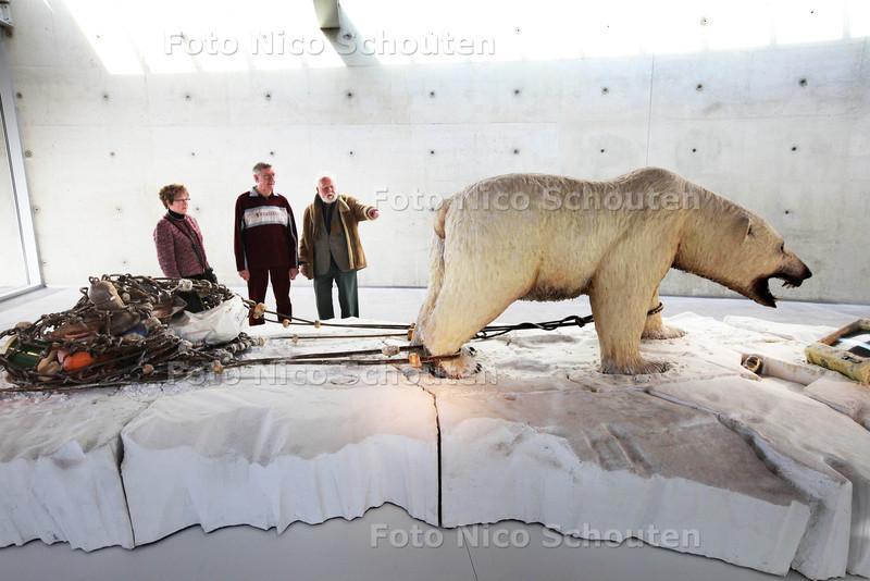 Han van Steijn (88)(r) en zijn nieuwe maatjes brengen bezoek aan museum beelden aan zee - ZOETERMEER 23 MAART 2013 - FOTO NICO SCHOUTEN