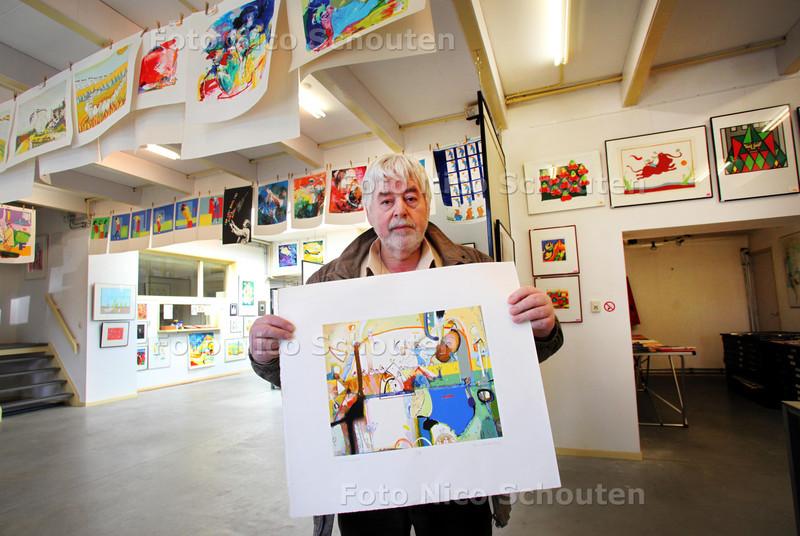 Galeriehouder Wout van der Vet stopt met zijn atelier Oranje Bomen - Van der Vet met een zeefdruk van de bulgaarse kunstenaar Kantcho Kanev - ZOETERMEER 28 MAART 2011 - FOTO NICO SCHOUTEN
