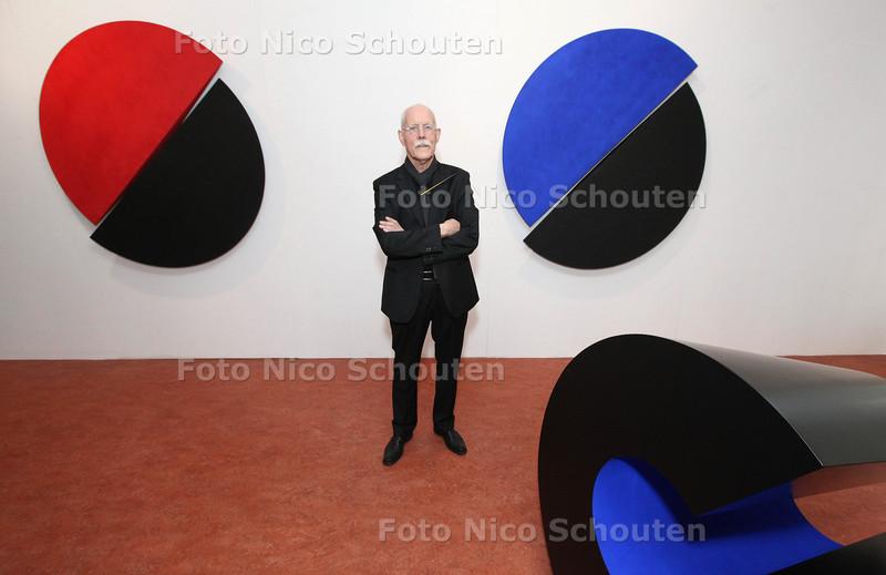 Kunstenaar Marus van der Made te midden van zijn kunstwerken in het Stadsmuseum - ZOETERMEER 16 FEBRUARI 2013 - FOTO NICO SCHOUTEN