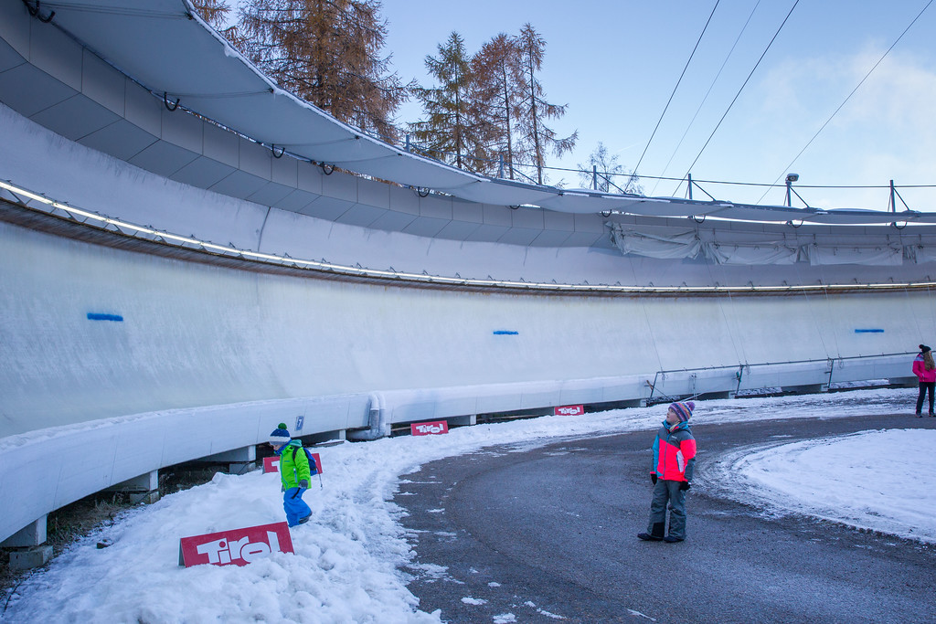 Fotograf: kristen-images.com / Michael Kristen // 18.11.2017 / Bobbahn Innsbruck-Igls / Rodeln / Rennrodel Weltcup - WC 2017 / Kunstbahnrodeln / Bild: Farbmarkierung im Eis