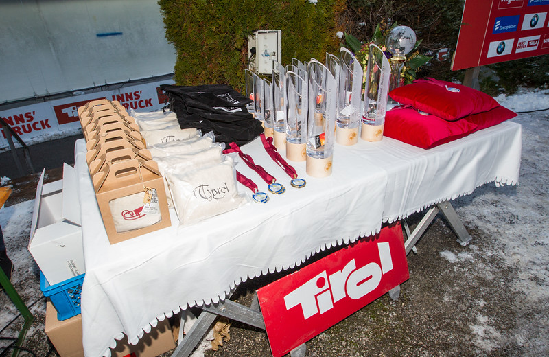 Fotograf: kristen-images.com / Michael Kristen // 18.11.2017 / Bobbahn Innsbruck-Igls / Rodeln / Rennrodel Weltcup - WC 2017 / Kunstbahnrodeln / Preisverleihung / Bild: Pokale, Medaillen