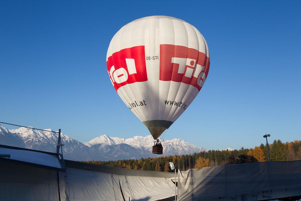 Fotograf: kristen-images.com / Michael Kristen // 18.11.2017 / Bobbahn Innsbruck-Igls / Rodeln / Rennrodel Weltcup - WC 2017 / Kunstbahnrodeln / Bild: Werbung, Ballon